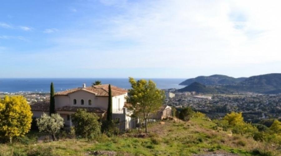 Dans un secteur très résidentiel et calme sur les hauteurs de Mandelieu, rare terrain de 1600m² bénéficiant d'une surface de plancher d'environ 250m² et d'un très belle vue panoramique mer.